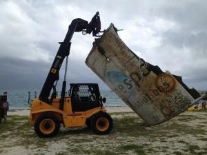 Un manipulador JCB 520 rescata restos de un cohete en las costas de Florida