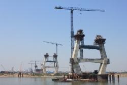 """Cinco grúas Linden Comansa construyen el puente """"Nhat Tan"""" en Hanoi, Vietnam"""