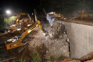 16 máquinas de construcción trabajando de noche para demoler dos puentes sobre la autopista A3