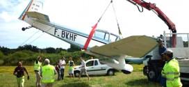 Grúa articulada Fassi F90A usada para rescatar un avión ligero