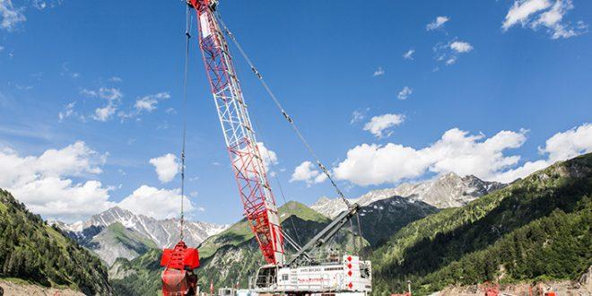 Una grúa #Liebherr HS 8130 HD en aplicación de dragado en los Alpes suizos