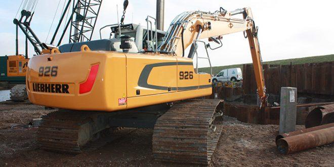Una excavadora sobre cadenas  #Liebherr R 926 trabajando en la isla de Texel