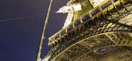 Una grúa móvil Liebherr LTM 1300-6.2 lleva un barco a la galería de la Torre Eiffel