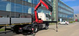 Una Fassi F365.2.26 en un camión con semirremolque