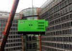 Grupo electrógeno en emergencia INMESOL modelo II-110, elevándose hasta el tejado del Berlaymont