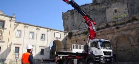 Una grúa articulada Fassi F1650RA.2.28L816 xhe-dynamic en Matera, Italia