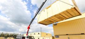 Grúas Fassi para instalar casetas para obras