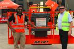 El Sr. Duncan Archer del Grupo AL Laith con el Sr. Khurram Shahzad, Responsable de ventas de JLG para el Oriente Medio.