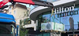 Una grúa Fassi F365A.2 en el Hotel Hilton