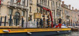 Una grúa Fassi en Venecia para Traslochi Express